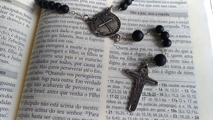 como rezar o terço da medalha das duas cruzes