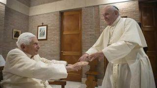 Papa Francisco e Bento XVI são vacinados contra Covid-19 no Vaticano